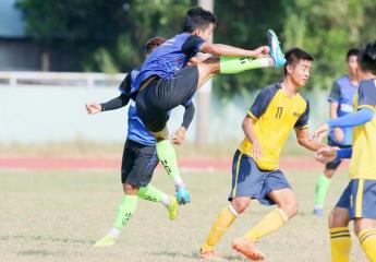 Võ thuật trên sân bóng | Cầu thủ Bến Tre cố tình xâm hại thân cầu thủ đối phương.